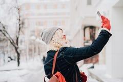 Junges blondes gelocktes Mädchen, das selfie macht lizenzfreies stockbild