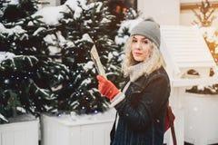 Junges blondes gelocktes Mädchen mit Karte, Winter lizenzfreie stockfotografie