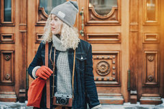 Junges blondes gelocktes Mädchen mit Retro- Filmkamera, Winter stockbilder