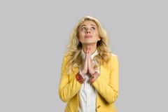 Junges blondes Geschäftsfraubeten Lizenzfreie Stockfotos
