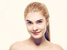 Junges blondes Haar des Schönheitsgesichtsporträts Stockfoto
