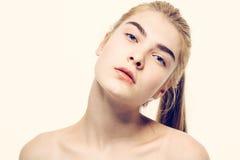 Junges blondes Haar des Schönheitsgesichtsporträts Lizenzfreie Stockfotografie