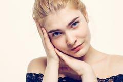 Junges blondes Haar des Schönheitsgesichtsporträts Stockbild
