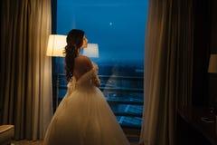 Junges blondes im Hochzeitskleid Stockfotografie