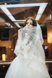 Junges blondes im Hochzeitskleid Lizenzfreie Stockfotos