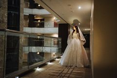 Junges blondes im Hochzeitskleid Stockfotos