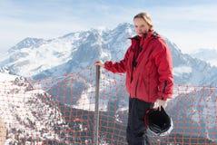 Junges blondes kaukasisches Frauenmädchen, das in den Alpenbergen mit Skiausrüstung aufwirft Stockfoto