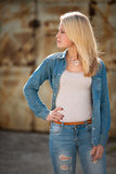 Junges blondes kaukasisches Mädchen allein auf einer Straße Stockbild