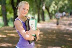 Junges blondes Kursteilnehmermädchenportrait draußen. Stockfoto