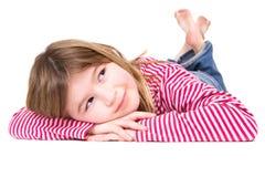 Junges blondes Mädchen, das auf Boden liegt Lizenzfreie Stockfotografie