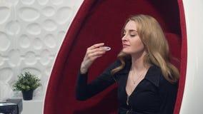 Junges blondes Mädchen fügt das Weiß werden von Behältern in den Mund vor dem Verfahren der Zahnweißung ein lizenzfreies stockfoto