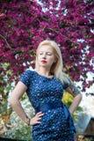Junges blondes Mädchen im Art Pin-up-Girl Lizenzfreies Stockfoto