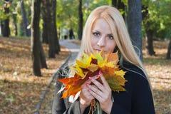 Junges blondes Mädchen im Park Lizenzfreies Stockfoto