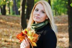 Junges blondes Mädchen im Park Stockfoto