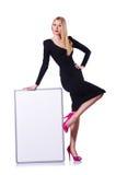 Junges blondes Mädchen im schwarzen Kleid mit Plakat Lizenzfreies Stockfoto