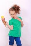 Junges blondes Mädchen mit Eistüte in der Hand Lizenzfreie Stockfotografie