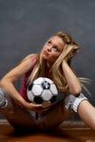 Junges blondes Mädchen mit Fußballkugel Stockbild
