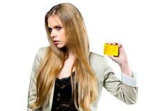 Junges blondes Mädchen mit goldener Karte Stockbild