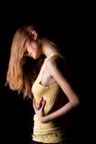 Junges blondes Mädchen mit Kopf beugte unten schauen Lizenzfreie Stockfotografie