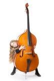 Junges blondes Mädchen schaut von hinten Kontrabass im Studio Stockfotos