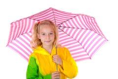 Junges blondes Mädchen unter rosafarbenem Regenschirm Stockbild