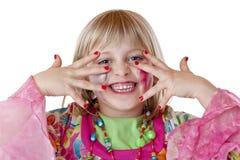 Junges blondes Mädchen zeigt rote Fingernägel und Lachen Lizenzfreie Stockfotografie