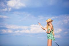 Junges blondes Mädchenfischen im See Stockfoto