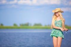 Junges blondes Mädchenfischen im See Stockbild