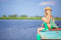 Junges blondes Mädchenfischen im See Lizenzfreie Stockbilder