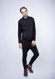 Junges blondes männliches Modell im Anzug des schwarzen Mannes Stockbild