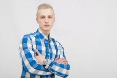 Junges blondes Mannporträt im Studio auf grauem Hintergrund Stockfotos