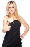 Junges blondes mit zwei Daumen oben mit einem Lachen Lizenzfreie Stockfotos