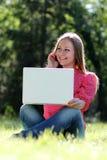 Junges blondes, Spaß mit Laptop habend Lizenzfreies Stockbild