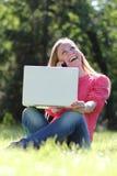 Junges blondes, Spaß mit Laptop habend Stockfotos
