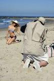 Junges blondes weibliches Baumuster fotografiert auf Strand Lizenzfreie Stockfotografie