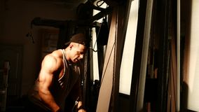 Junges Bodybuildertraining in einer Turnhalle stock footage