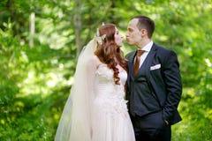 Junges Braut- und Bräutigamumarmen Lizenzfreie Stockfotografie