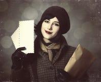 Junges Briefträgermädchen mit Post. Foto in der alten Farbart mit boke Stockbilder