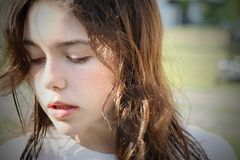 Junges Brunette Mädchen bemüht stockbilder