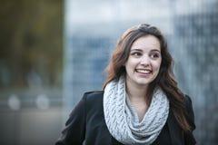 Junges Brunettefrauenlächeln Stockfoto