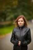 Junges Brunettefrauenportrait in der Herbstfarbe lizenzfreies stockbild