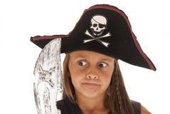 Junges Brunettemädchen im Kostüm des Piraten mit Klinge und Hut Stockfotografie