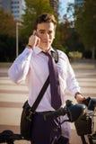 Junges buinessman Reiten, zum in der Stadt zu arbeiten stockfoto