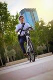 Junges buinessman Reiten, zum in der Stadt zu arbeiten lizenzfreies stockbild