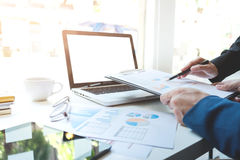 Junges businessteam, das mit neuem Startprojekt arbeitet behandeln Lizenzfreies Stockbild