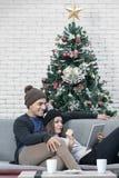 Junges Cacausian-Paarmageres entspannen sich auf dem Sofablick an etwas lizenzfreie stockfotos
