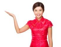 Junges chinesisches Mädchen mit Handshow mit leerem Zeichen stockbild