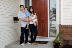 Junges Coupld außerhalb des Hauses mit Kindern Lizenzfreies Stockfoto