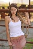 Junges Cowgirl-steigender Zaun lizenzfreies stockfoto