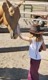 Junges Cowgirl und ihr Pferd lizenzfreie stockbilder